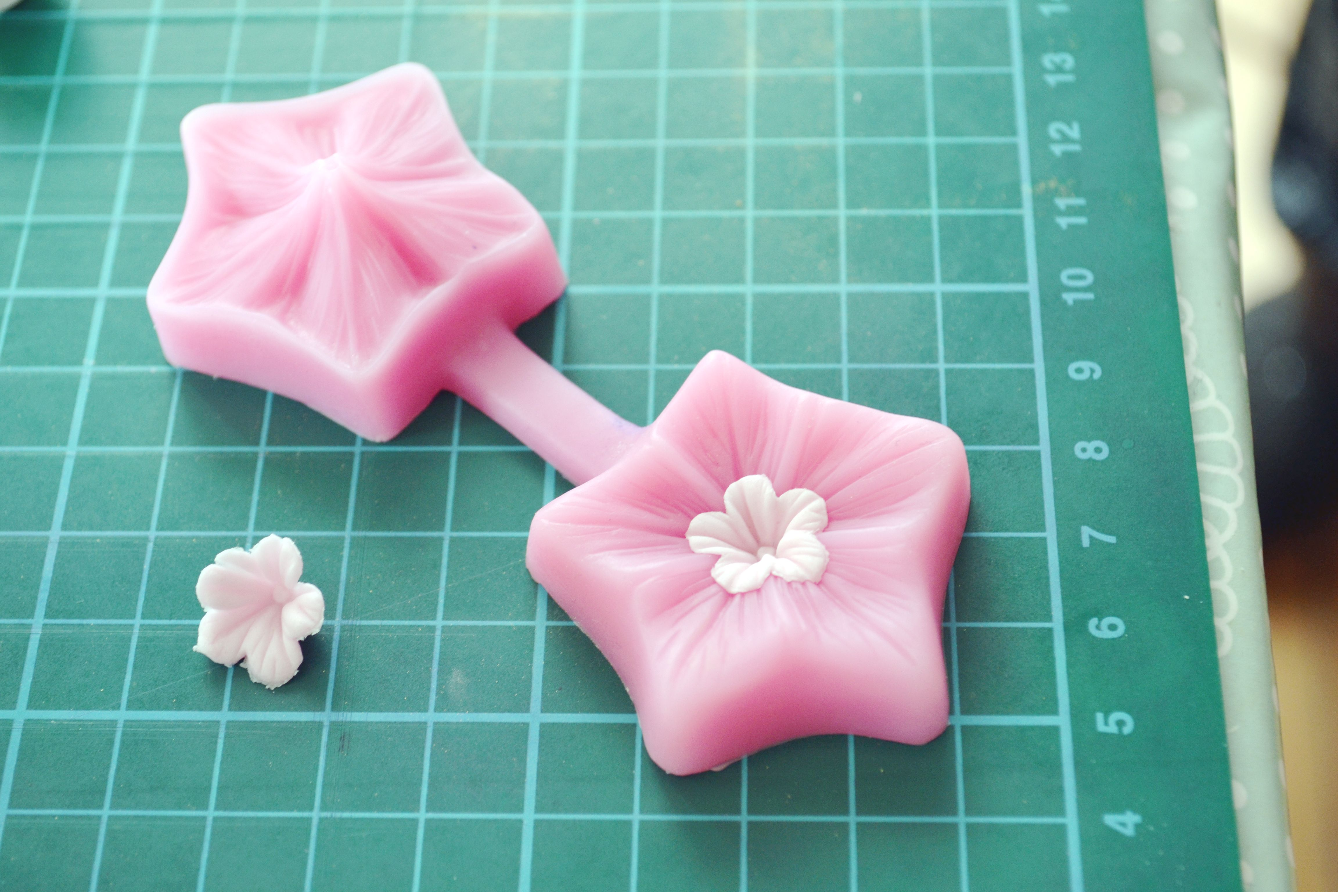 flower-mould-for-cake-decorating